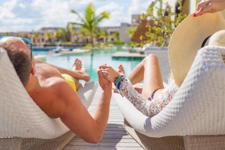 piscine-couple-hotel